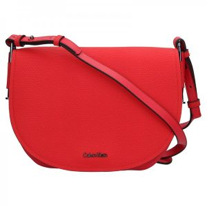 Dámská crossbody kabelka Calvin Klein Arch Large Saddle – červená
